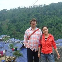 James Miller y  An Jing, en la aldea blang en la que fue realizada la investigación. Fuente: Universidad de Queen.